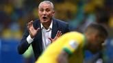 Pelatih timnas Brasil Tite memberi arahan kepada Dani Alves dan kawan-kawan. (REUTERS/Rodolfo Buhrer)
