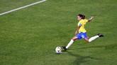 Tendangan kaki kiri Marta sukses mengantar bola masuk ke dalam gawang. Brasil akhirnya memimpin 1-0 dan bertahan hingga akhir pertandingan. (REUTERS/Bernadett Szabo)