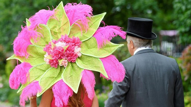 Jika Amerika punya Met Gala, maka Inggris punya Royal Ascot. Tahun 2019 ini, Royal Ascot juga menjadi momen para bangsawan dan anggota keluarga Kerajaan Inggris untuk memakai busana-busana cantik mereka. (REUTERS/Toby Melville)