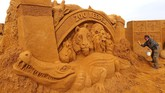 Festival Patung Pasir ini diikuti oleh 40 seniman profesional dari seluruh dunia. (REUTERS/Yves Herman)