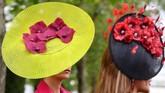 Di acara ini banyak orang berlomba-lomba untuk tampil unik dan cantik dengan topi mereka. (REUTERS/Toby Melville)