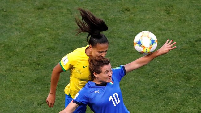 Timnas Italia sempat merepotkan Brasil di babak pertama. (REUTERS/Bernadett Szabo)