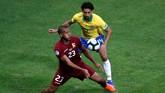 Timnas Venezuela tampil percaya diri dalam bermain bertahan. Skuat La Vinotinto bermain rapat di daerah pertahanan tidak membiarkan pemain-pemain Brasil leluasa memanfaatkan ruang. (REUTERS/Luisa Gonzalez)