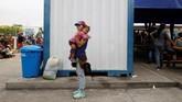 Para pengungsi perempuan asal Venezuela harus saling bantu untuk bisa hidup di negeri orang. Bahkan tidak sedikit dari mereka mengubur cita-cita karena meninggalkan kampung halaman. (REUTERS/Carlos Garcia Rawlins)