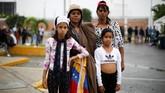Banyak dari perempuan pengungsi asal Venezuela berharap ada pergantian rezim yang saat ini dipimpin Nicolas Maduro supaya keadaan menjadi lebih baik, tetapi tidak kunjung terwujud. (REUTERS/Carlos Garcia Rawlins)