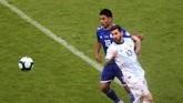 Lionel Messi tidak dapat bergerak leluasa sepanjang pertandingan. Pemain-pemain Paraguay memberi pengawalan ketat kepada megabintang Argentina tersebut. (REUTERS/Edgard Garrido)