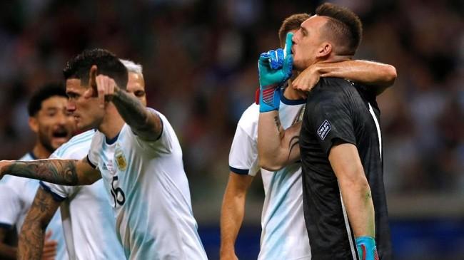 Armani yang terpilih menjadi kiper utama Argentina di Copa America 2019 merayakan kesuksesan menahan penalti. (REUTERS/Luisa Gonzalez)