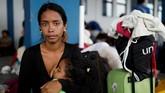 Para pengungsi perempuan asal Venezuela juga harus terbebani karena terpaksa meninggalkan sanak saudara atau bahkan suami mereka di kampung halaman demi mencari kehidupan baru. (REUTERS/Carlos Garcia Rawlins)