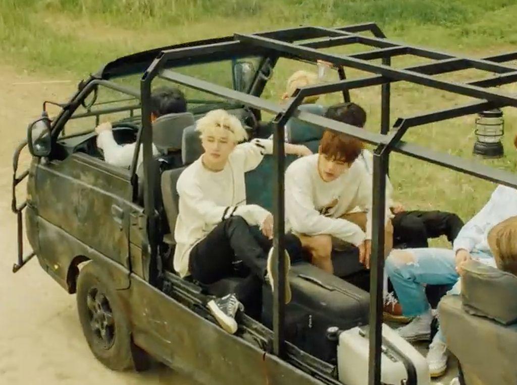 Petualangan Stray Kids dimulai saat mereka menaiki mobil safari.Dok. YouTube/jypentertainment