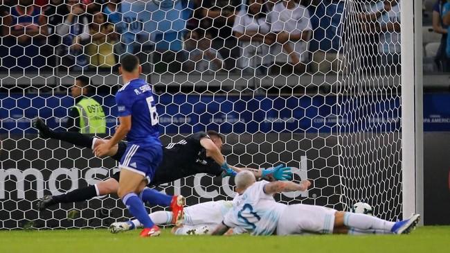 Di tengah upaya Argentina mencetak gol, Richard Sanchez justru membawa Paraguay mengungguli Tim Tango berkat gol dari skema open play memanfaatkan umpan Miguel Almiron pada ment ke-37. (REUTERS/Luisa Gonzalez)