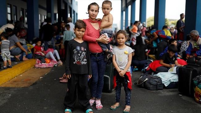 Sanksi ekonomi dari negara lain dan sikap isolasi pemerintah Venezuela membuat para perempuan setempat justru semakin terhimpit dan memilih mengungsi demi kehidupan yang lebih baik. (REUTERS/Carlos Garcia Rawlins)