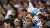 Suporter Argentina berharap skuat Albiceleste menambah gol dalam laga menghadapi Paraguay. (REUTERS/Washington Alves)
