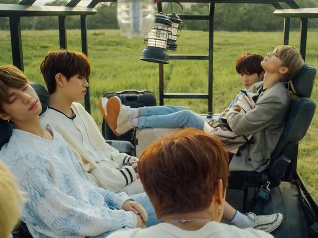 Para fans tentunya merasa sangat bahagia menyaksikan wajah para idolnya itu kala tertidur lelap.Dok. YouTube/jypentertainment