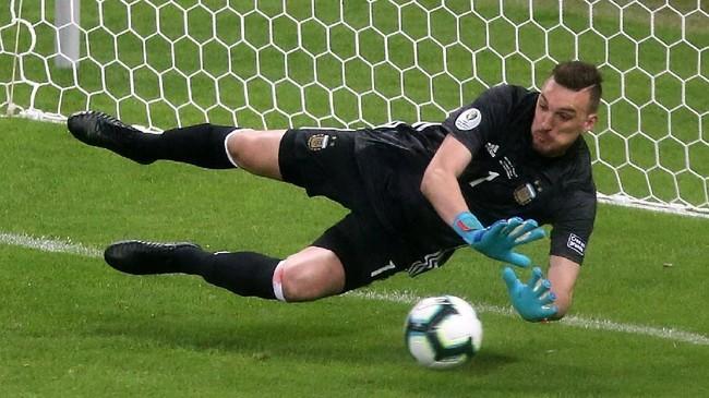 Setelah Messi mencetak gol, Franco Armani turut tampil heroik dengan mengamankan bola yang ditendang Derlis Gonzalez dari titik 12 pas. Skor pun tetap imbang 1-1. (REUTERS/Edgard Garrido)