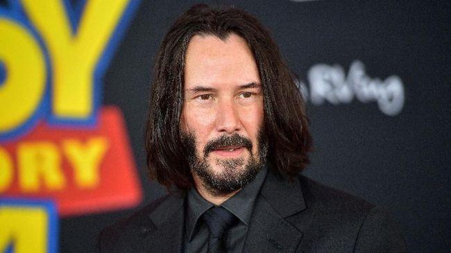 Diduga Kencani Teman Lama, Keanu Reeves Umbar Senyum