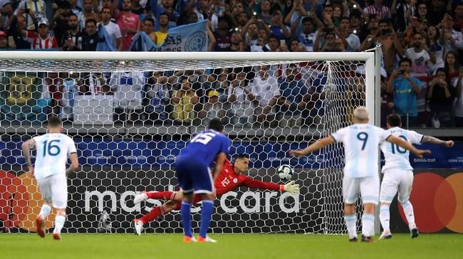 Pada menit ke-57 Messi berhasil membobol gawang Paraguay melalui titik putih. (REUTERS/Luisa Gonzalez)