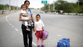 Dengan uang yang pas-pasan, para perempuan Venezuela yang mengungsi dengan membawa anak mereka harus berjuang hidup. Bahkan tidak sedikit dari mereka orang tua tunggal. (REUTERS/Carlos Garcia Rawlins)