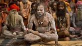 Penganut Hindu melakukan yoga untuk memperingati Hari Yoga Internasional di Kuil Kamakhya, Gauhati, India, Jumat (21/6). (AP Photo/Anupam Nath)