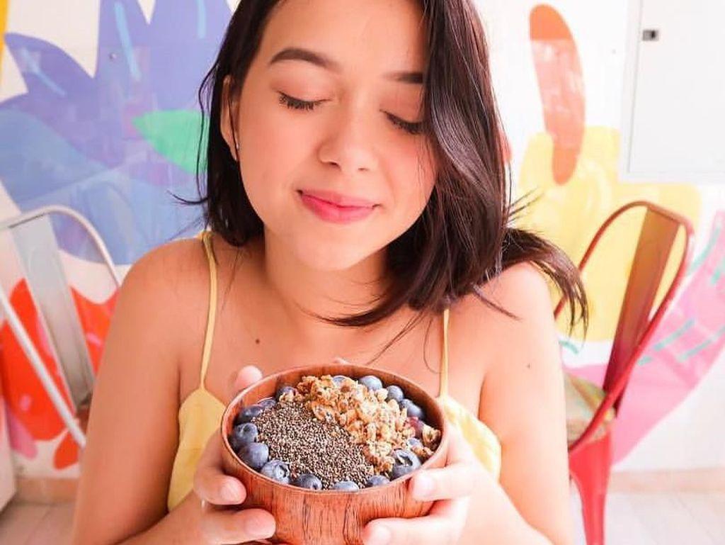 Selain burger dan es krim, Rebecca juga nampak menikmati semangkuk smoothies sehat. Foto: Instagram@rklopperr