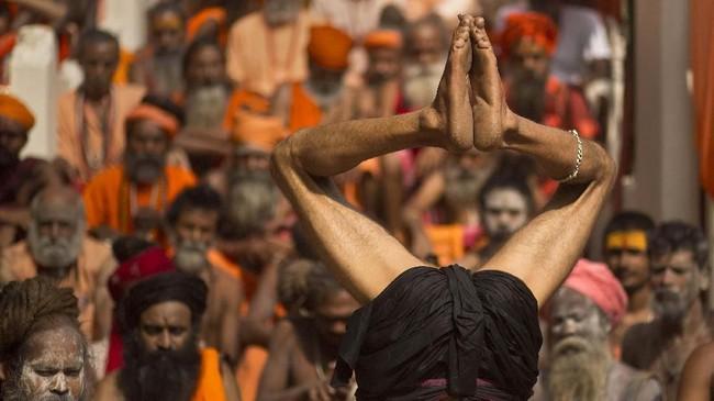 Peringatan Hari Yoga Internasional dicetuskan oleh Perdana Menteri India, Narendra Modi dengan dukungan Perserikatan Bangsa-Bangsa. Peringatan pertama digelar pada 2015 lalu.(AP Photo/Anupam Nath)