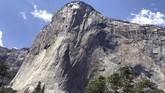Tebing El Capitan, yang memiliki gugusan bebatuan vertikal, di Taman Nasional Yosemite, Amerika Serikat.