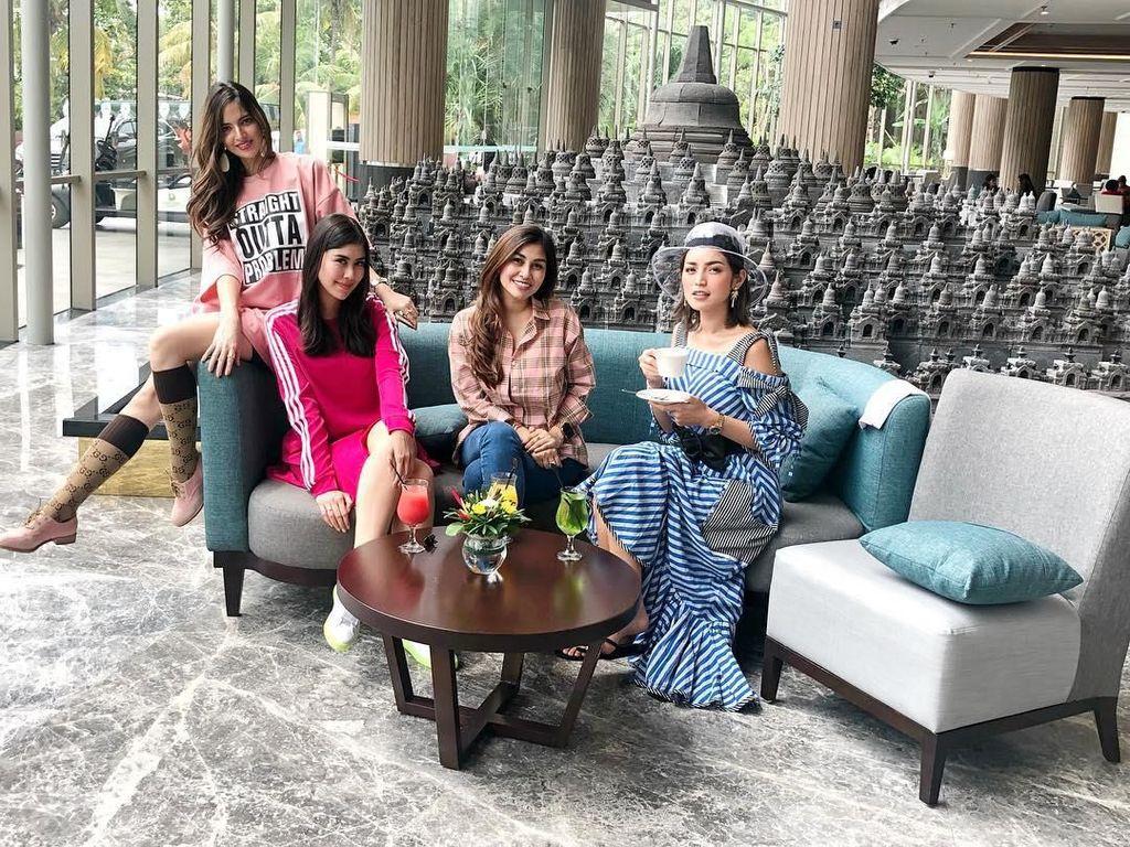 Syuting bareng Jedar dan Nia Ramadhani, Nisya dan Syahnaz kompak menikmati minuman warna-warni. Foto: Instagram@nissyaa