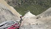 Berat Schneiter yang hanya 27 kilogram tentu saja menambah tantangan mendaki tebing terjal ini.