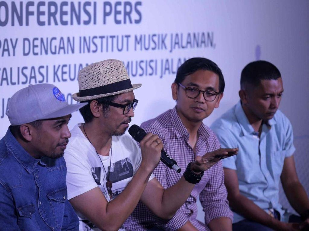 Aldi Haryopratomo - CEO Go-Pay (kedua dari kanan), Andi Malewa - Pendiri Institut Musik Jalanan, serta dua dosen tetap Institut Musik Jalanan (IMJ), yakni Ridho Hafiedz (Slank) dan Glenn Fredly dalam konferensi pers Kerjasama Go-Pay dengan IMJ Kamis (20/6).