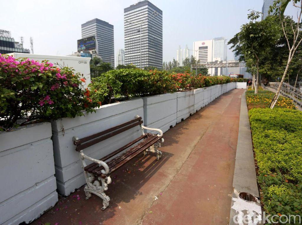 Sejumlah pot bunga nampak terpasang di sepanjang trotoar yang berada di kawasan MRT Dukuh Atas.