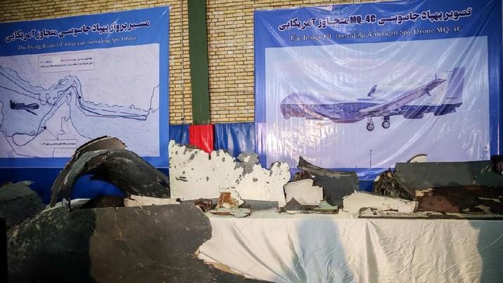 Iran Pamerkan Puing-puing Drone AS yang Ditembak Jatuh