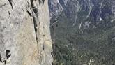 Schneiter dibantu oleh ayah dan teman-teman ayahnya sesama pendaki saat memanjat tebing dengan The Nos di El Capitan.