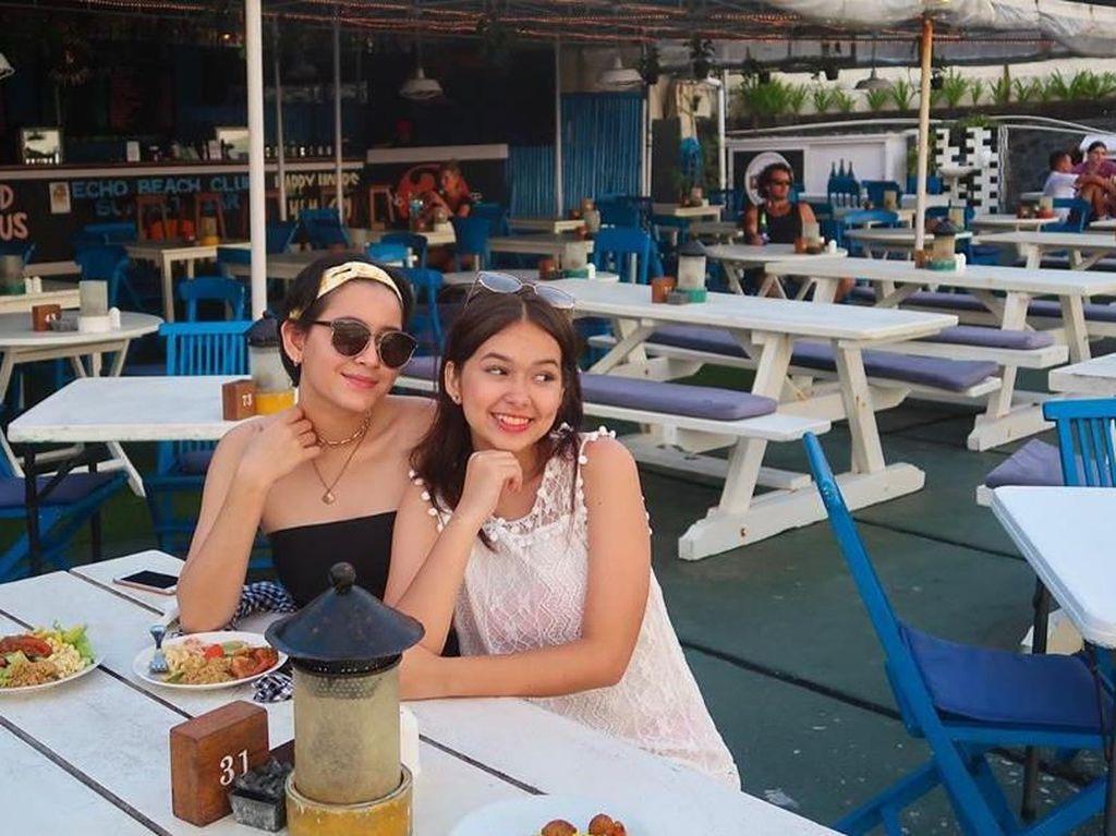 Liburan bersama sahabat, Rebecca nampak sedang menikmati makanan enak. Foto: Instagram@rklopperr
