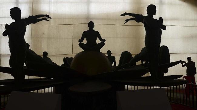 Tahun ini, peringatan Hari Yoga Internasional mengambil tema 'aksi untuk iklim yang sehat'. Yoga dianggap dapat membentuk persatuan antara manusia dengan Bumi sebagai tempatnya berpijak.(SANJAY KANOJIA / AFP)