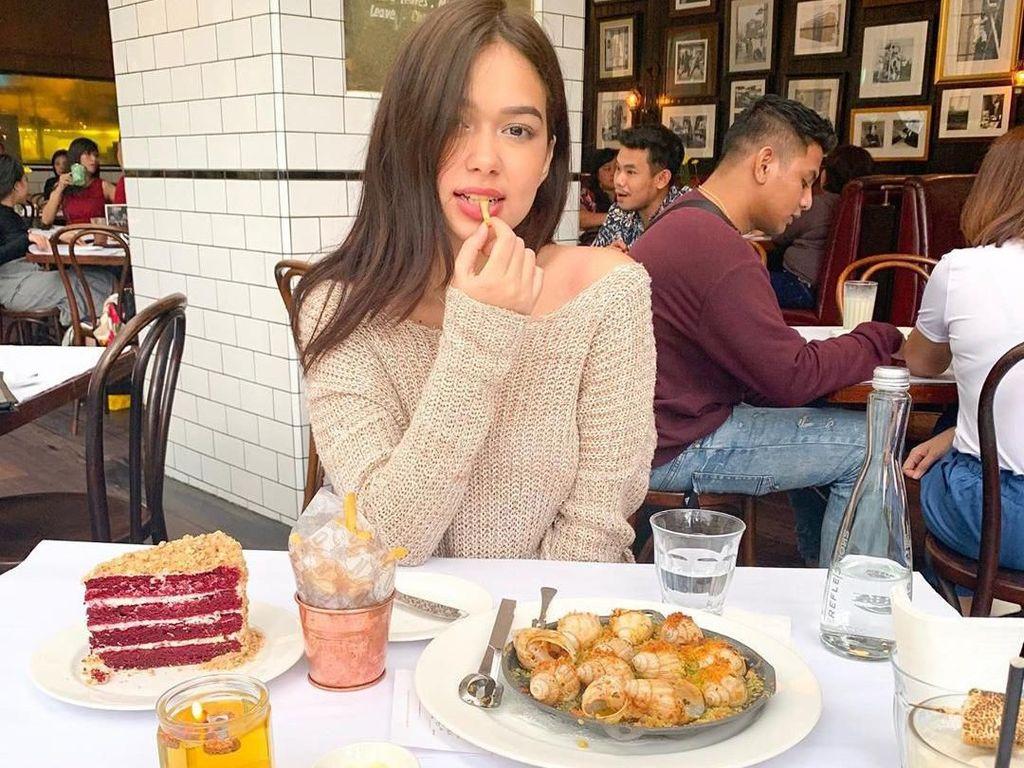 Wanita keturunan Australia-Jawa ini terlihat suka menikmati hidangan western. Ada pasta, escargot hingga red velvet cake. Foto: Instagram@rklopperr