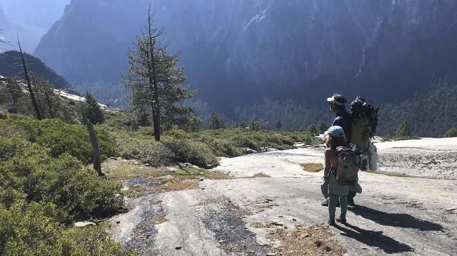 Selah Schneiter (10), gadis cilik asal Colorado, Amerika Serikat, dan ayahnya, Mike, saat memanjat tebing The Nos di El Capitan, Taman Nasional Yosemite, Amerika Serikat.