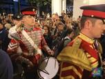 Marching Band Militer Inggris Hibur Warga di Stasiun MRT
