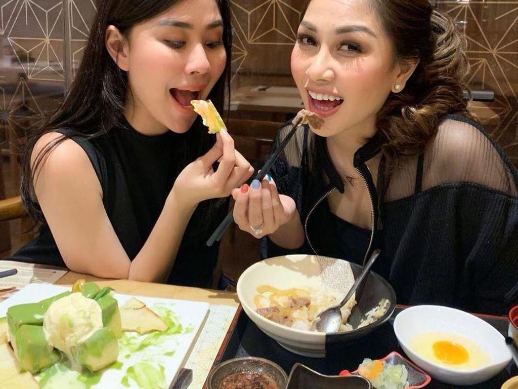 Makan terusss jangan kasih kendor ya nas!, tulis Nisya yang terlihat sedang menikmati makanan ala Jepang. Foto: Instagram@nissyaa