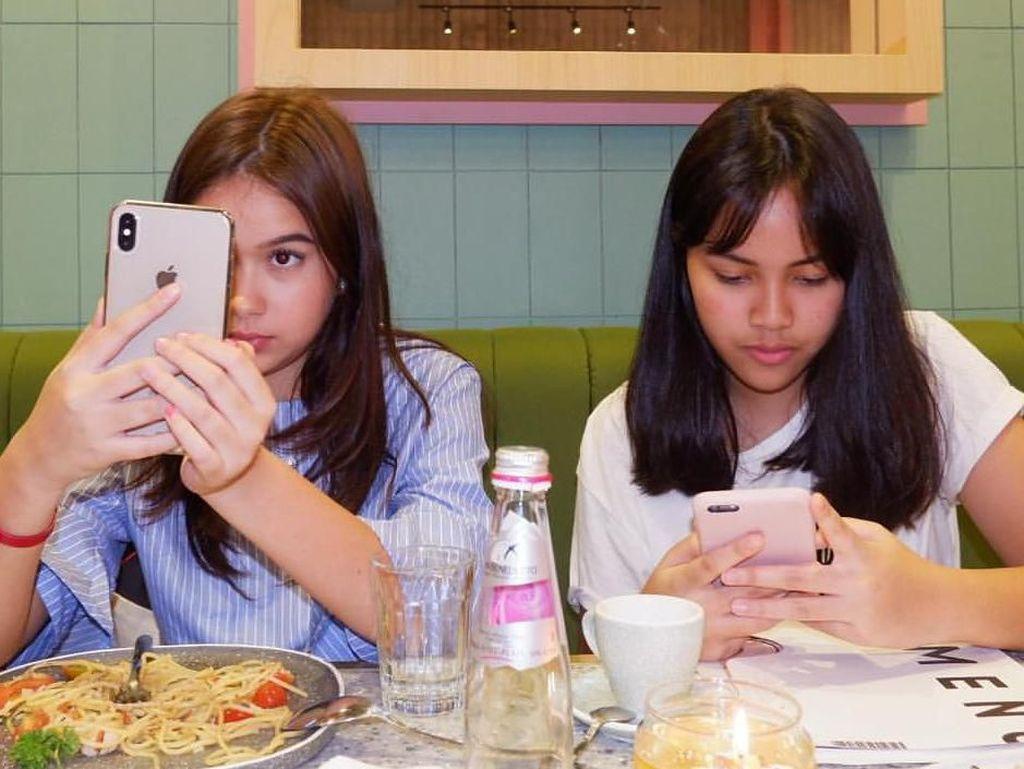 Jangan salah fokus. Sekilas wajahnya memang mirip dengan Yuki Kato. Rebecca terlihat sedang menyantap pasta aglio olio dihadapannya. Foto: Instagram@rklopperr