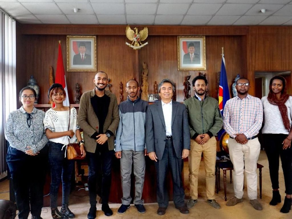 Duta Besar RI untuk Ethiopia, Djibouti dan Uni Afrika, Al Busyra Basnur berfoto dengan para pengusaha muda Ethiopia.
