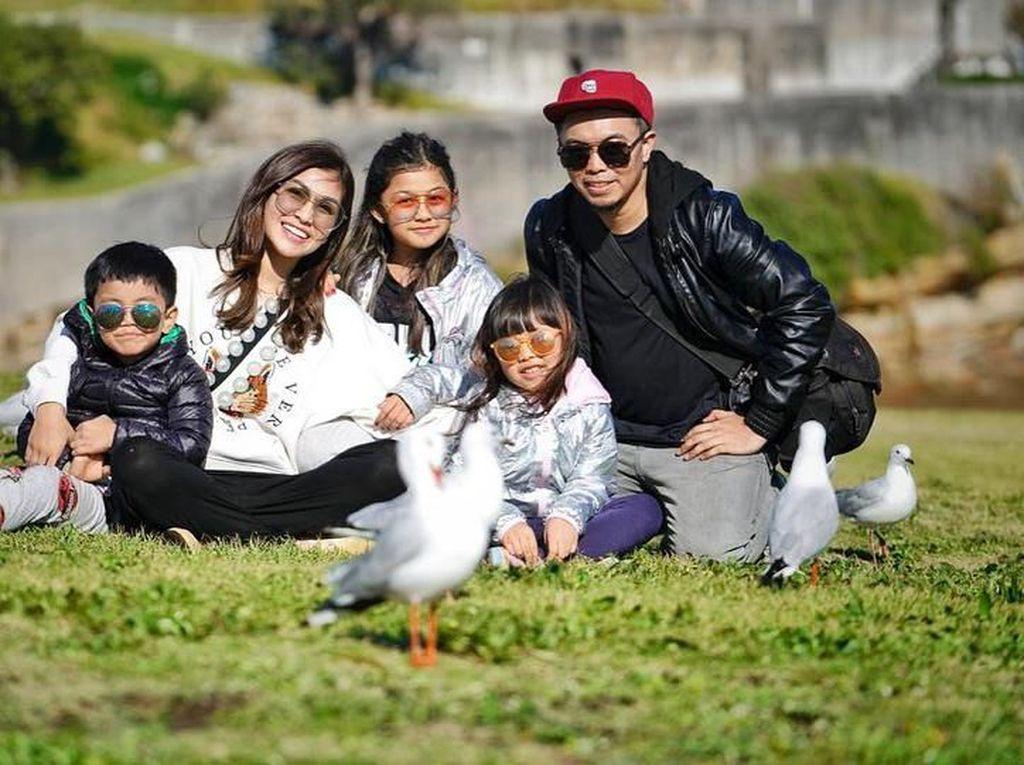 Pemilik nama Nisya Saadia Ifat Ahmad, ibu dari tiga anak ini tetap cantik. Melihat foto ini terlihat, Nisya memiliki keluarga yang bahagia. Foto: Instagram@nissyaa
