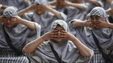 Siswa Muslim menghadiri kelas yoga di salah satu sekolah di Ahmedabad, India pada Selasa (18/6) menyambut Hari Yoga Internasional. (REUTERS/Amit Dave)