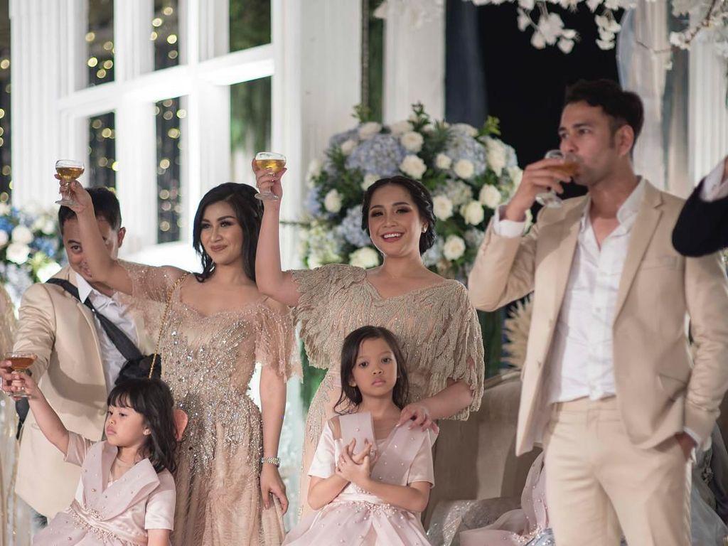 Nisya beserta sang suami dengan Nagita dan Raffi kompak melakukan Wedding Toast saat pernikahan Syahnaz dan Jeje. Foto: Instagram@nissyaa