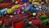 Pekerja seks India melakukan yoga sembari mengenakan topeng dalam menyambut Hari Yoga Internasional di Mumbai, India, Kamis (20/6). (AP Photo/Rafiq Maqbool)