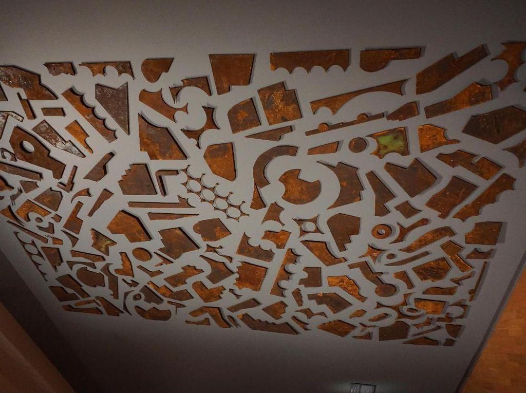 Seniman Bandung Faisal Habibi membuat instalasi Mind the Gap Series untuk ditampilkan di Contemporary Worlds: Indonesia. Faisal menghadirkan kumpulan keping-keping sisa dari lempengan baja yang telah dipotong. (Eny/detikcom)