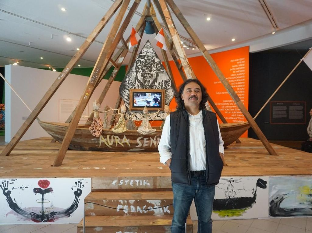 Seniman asal Bandung Tisna Sanjaya menampilkan instalasi berjudul Seni Penjernih Dialog dalam ajang Contemporary Worlds: Indonesia yang digelar di Galeri Nasional Australia. (Eny/detikcom)