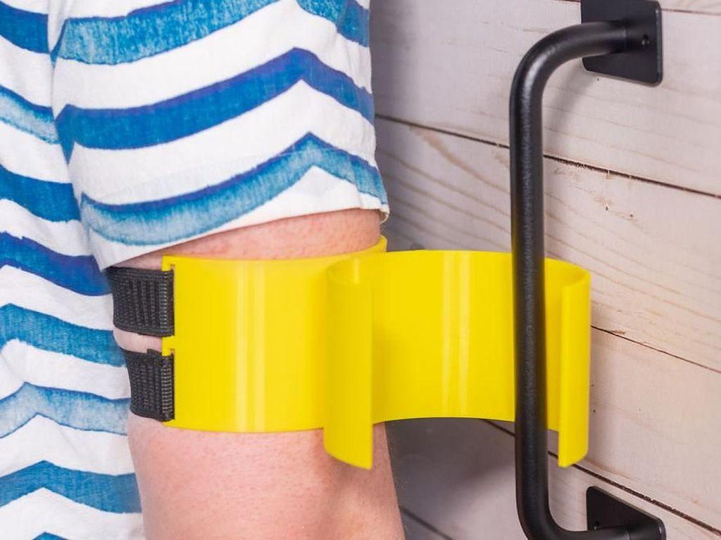Buat kalian yang menjaga kebersihan ekstra, alat ini bisa dipakai untuk membuka pintu toilet. Istimewa/Dok. Boredpanda.