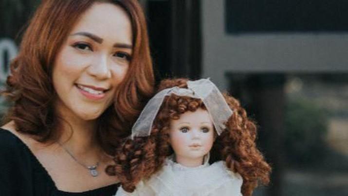 Furi Harun menjadi selebgram karena kemampuan indera ke-enamnya dan boneka ghaib, sukses raup jutaan setiap hari