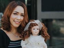 Furi Harun, Selebgram yang Raup Jutaan dari Boneka Mistis