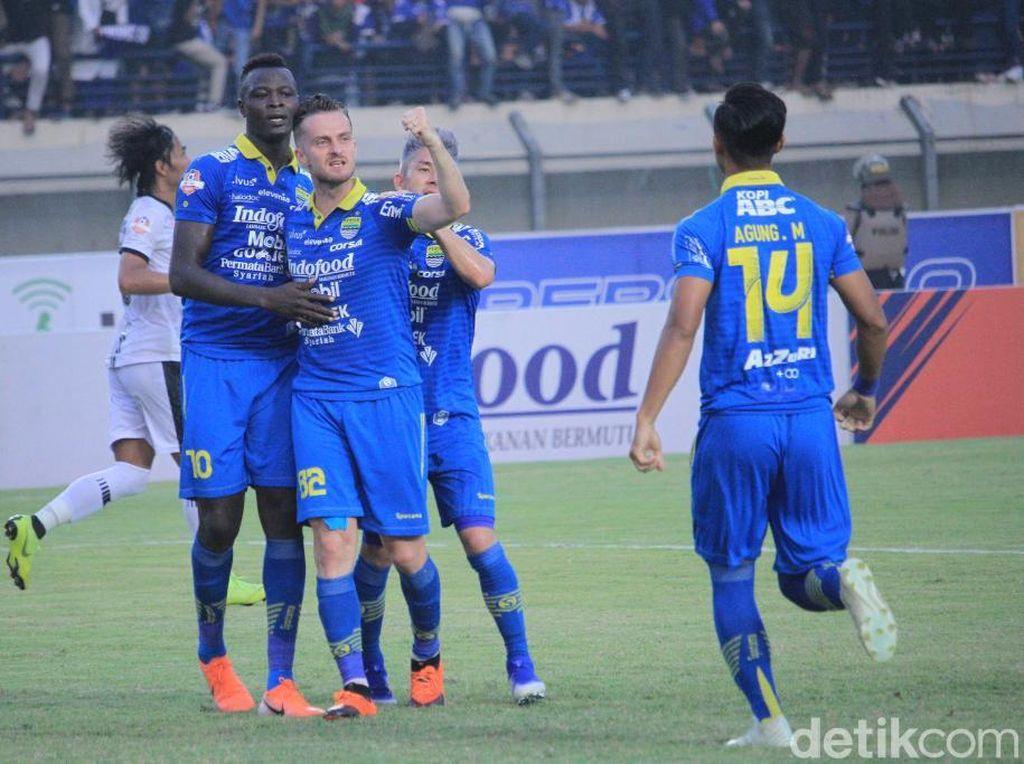 Persib baru dapat membobol gawang Madura United lewat penalti di menit ke-79. Ezechiel dijatuhkan oleh Asep Berlian saat berupaya menerobos area penalti Madura United.