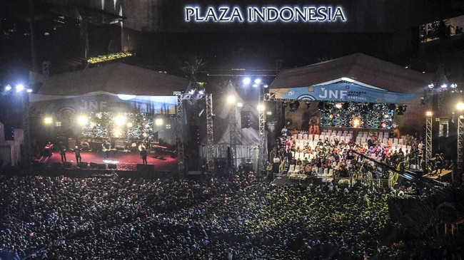 Warga memadati kawasan Bundaran Hotel Indonesia saat Jakarta Night Festival di Jakarta, Sabtu (22/6/2019). Jakarta Night Festival digelar dalam rangka merayakan HUT ke-492 DKI Jakarta. (ANTARA FOTO/Hafidz Mubarak A/wsj).